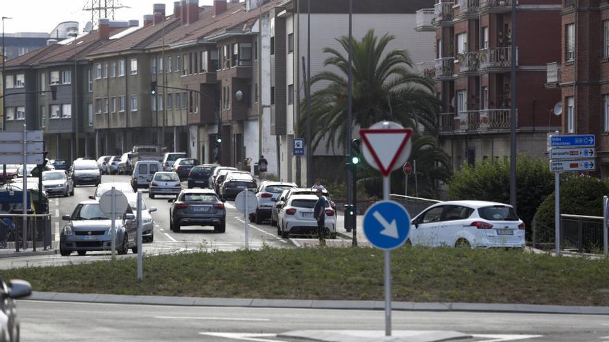 Un hombre resulta herido en Avilés al caer de una motocicleta en la calle Santa Apolonia