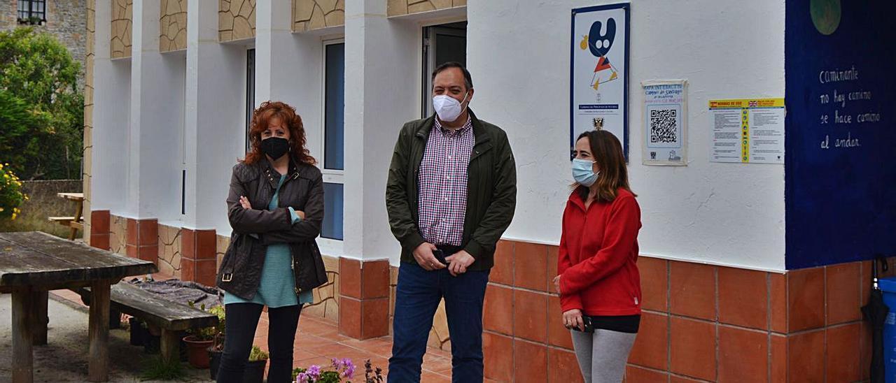 Lorena Villar, teniente de alcalde de Villaviciosa; el regidor, Alejandro Vega, y Sonia Pérez, encargada del albergue, ante el edificio. | O. P.