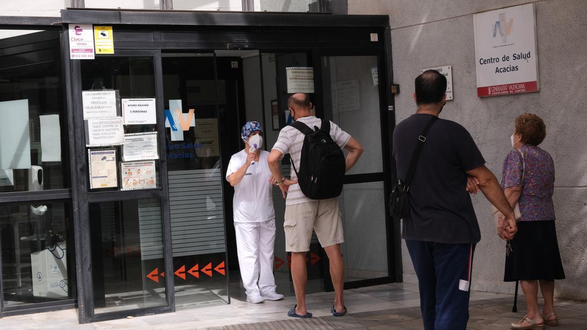 Pacientes esperando turno esta semana para poder acceder al centro de salud Acacias de Elda.