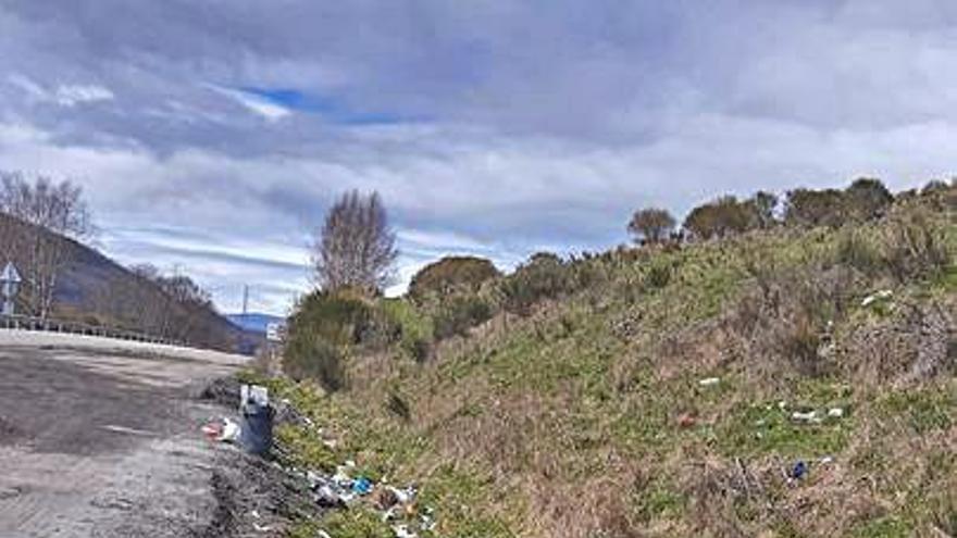 Usuarios de la N-525 denuncian la acumulación de basura en un área de Padornelo, en Sanabria