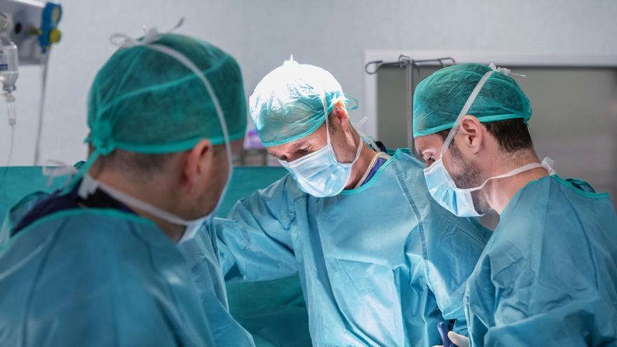 Un nerocirujano ilicitano revoluciona la cirugía lumbar