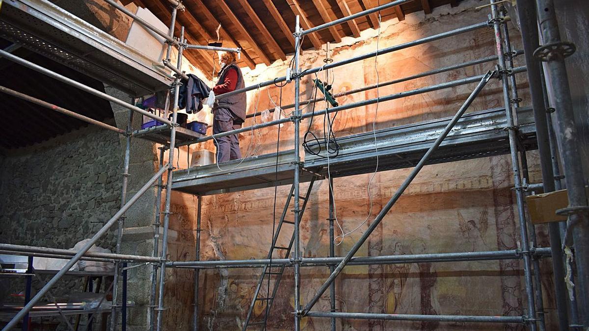 Trabajos de restauración de las pinturas de la ermita de Nuestra Señora de Fernandiel. | Cedida