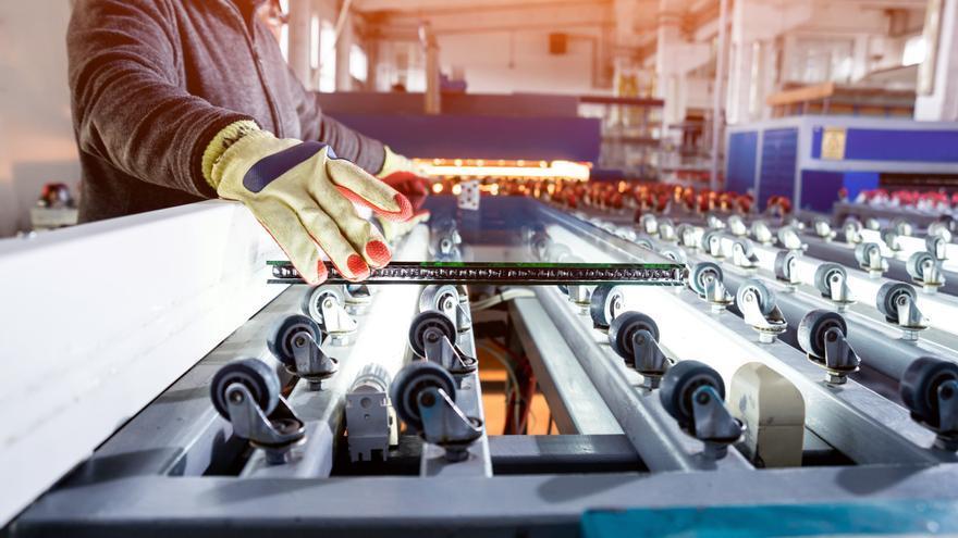 La producción industrial regresa en enero a tasas negativas al caer un 6,9%