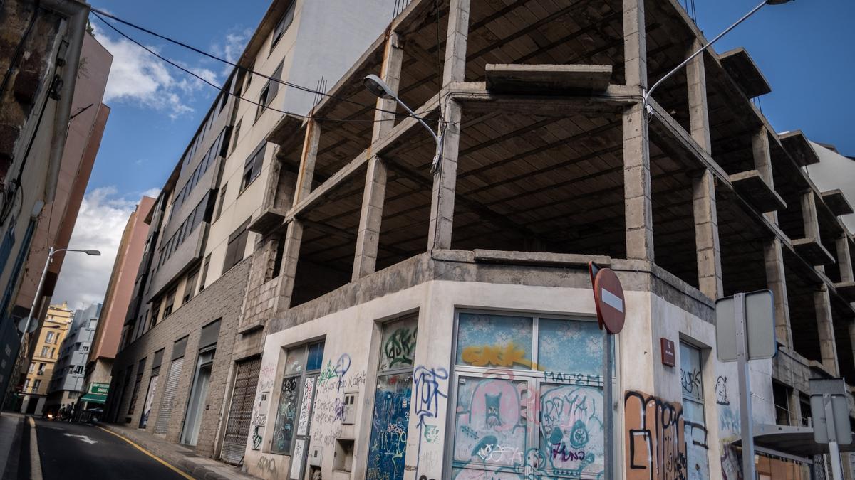 Edificio abandonado e inacabado en la calle Miraflores, en Santa Cruz de Tenerife.