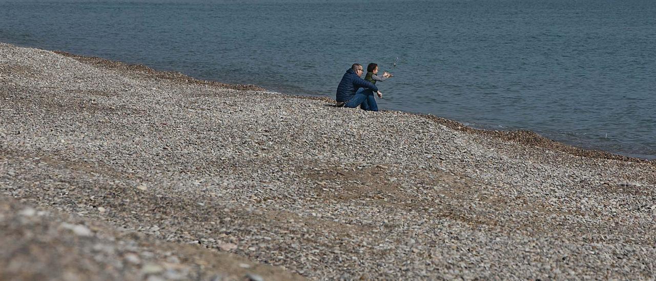 Imagen de la grava acumulada en las playas del norte de Sagunt. | DANIEL TORTAJADA