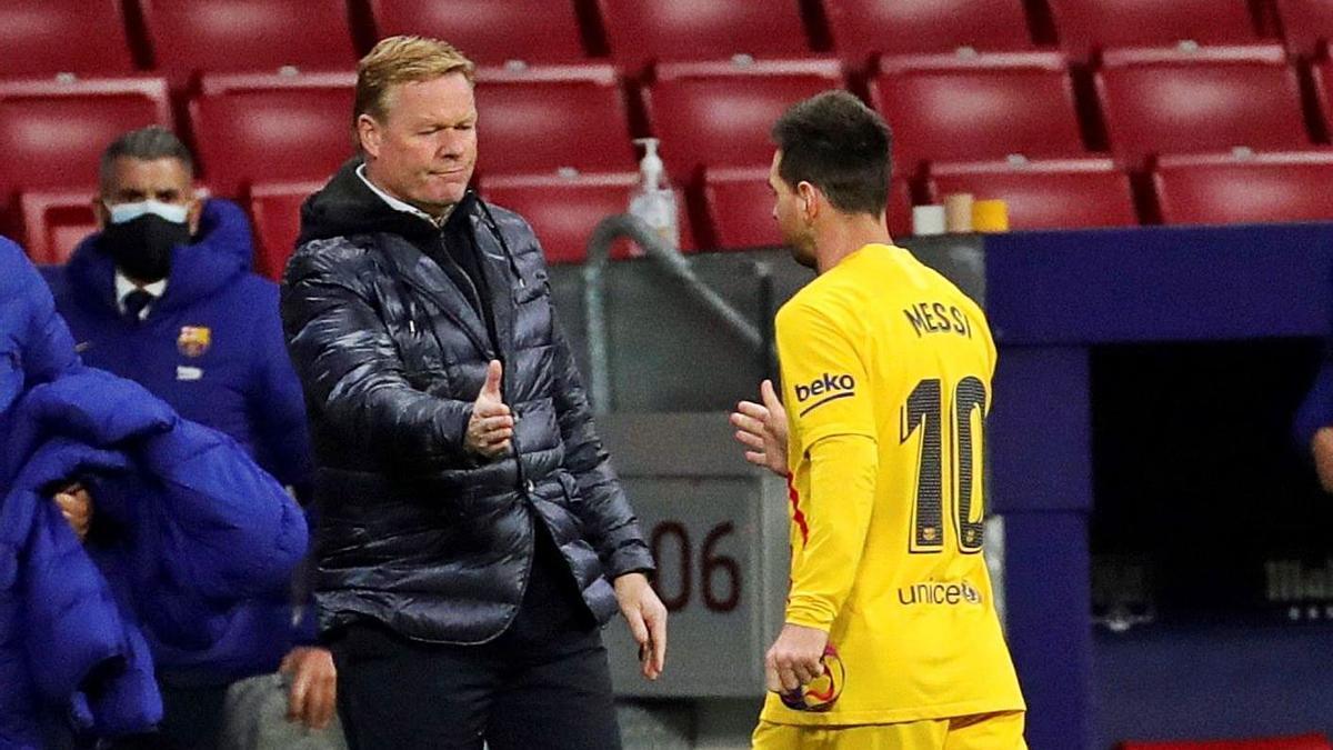 Ronald Koeman saluda a Leo Messi, el pasado sábado en el Wanda Metropolitano. | EFE/JUANJO MARTÍN