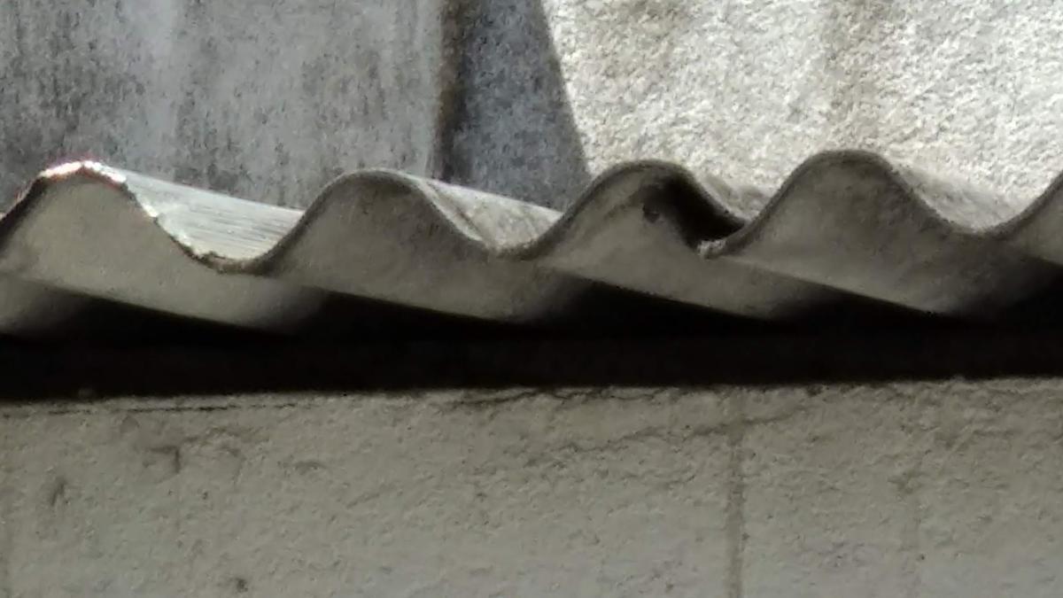 Restos de amianto en un tejado.