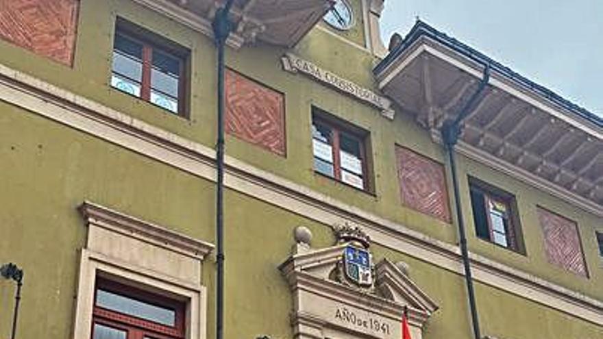 Langreo apoya al colectivo LGTBI con la bandera arco iris y una pancarta