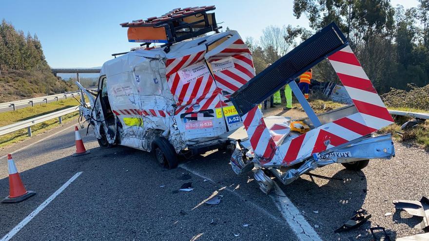 Un trailer descarrila en Riós tras chocar contra un vehículo de mantenimiento de la A-52