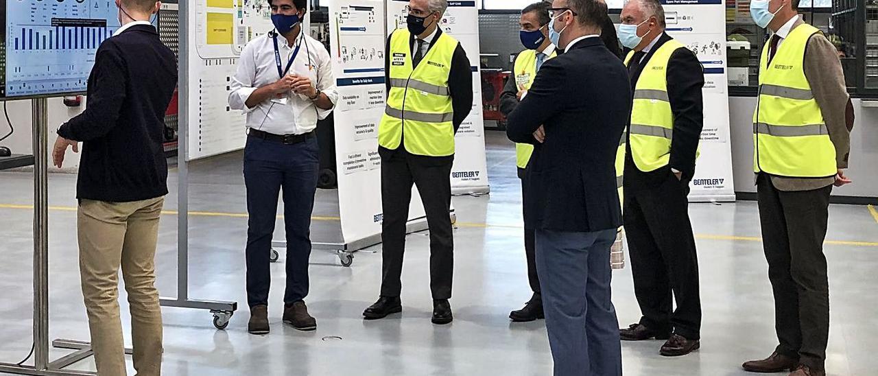 Francisco Conde, vicepresidente económico de la Xunta, visitó a la fábrica de Benteler en Mos. | // FARO