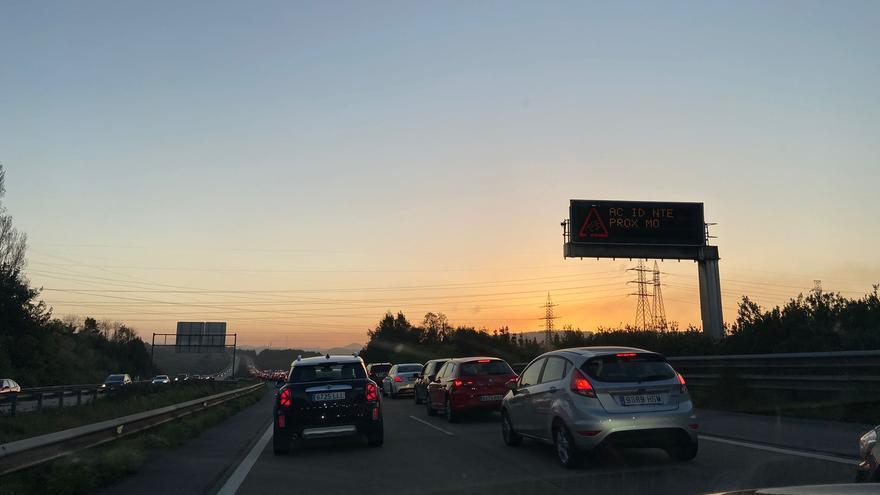 Retenciones en la autopista en sentido Oviedo, en Somonte, por una salida de vía