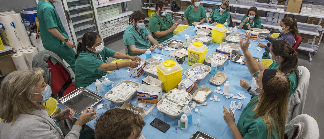 Sanitarios preparando dosis contra la vacuna en el recinto de Ciudad de la Luz, en Alicante.