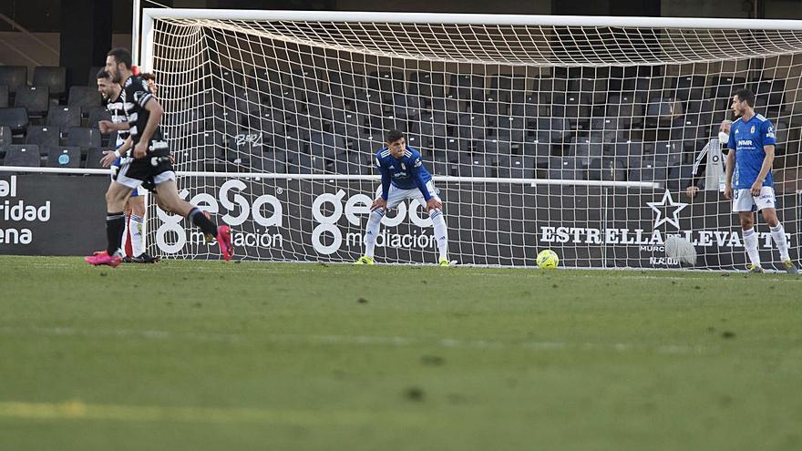 El bisturí del Cartagena-Real Oviedo: El cambio de sistema no evita la octava derrota de los azules