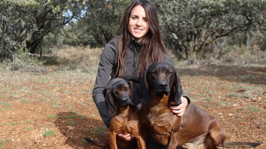 Lorena Martínez, directora de la Escuela de Caza: 'A los niños les encanta volar un halcón o aprender a tirar con arco'