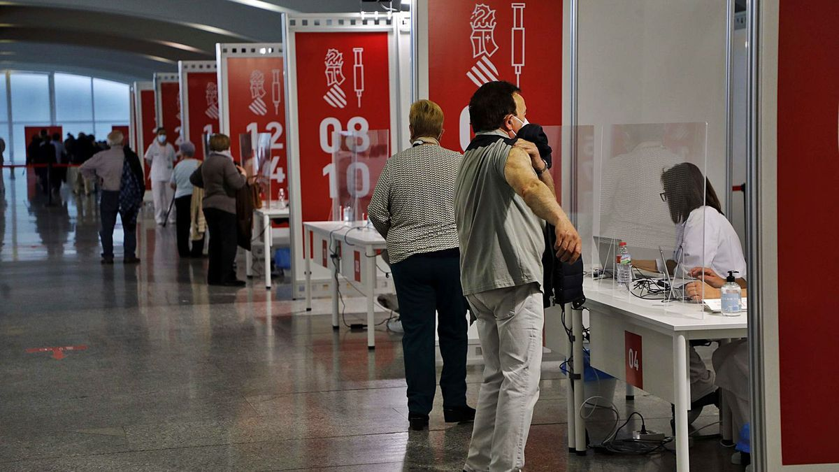 Varias personas de entre 74 y 79 años reciben la vacuna contra la covid en el Museo Príncipe Felipe de València, esta semana.  | M.A.MONTESINOS