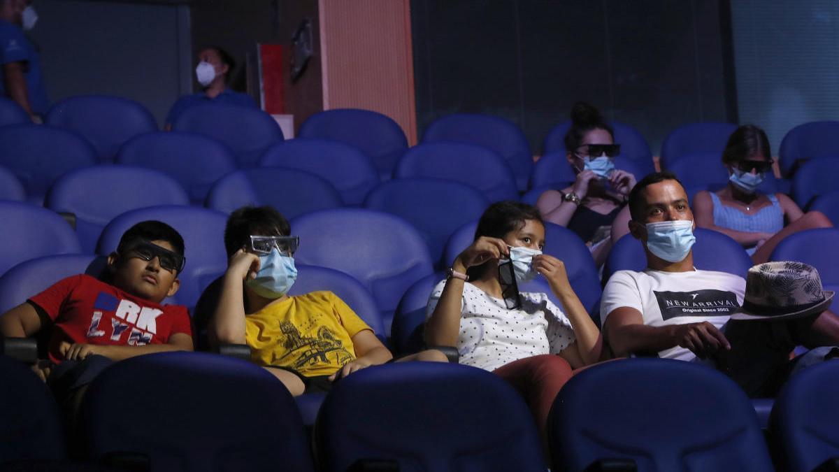 Varias personas en un cine.