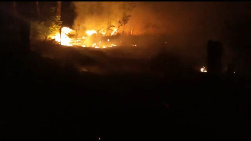 Incendio en Salvaterra: horas de angustia ante el avance del fuego hacia las casas