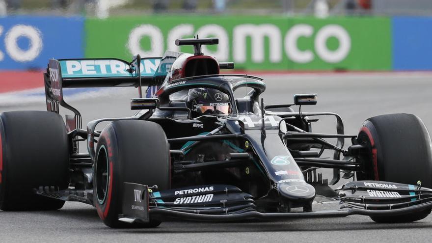 Hamilton gana la 'pole' en Rusia con Sainz sexto