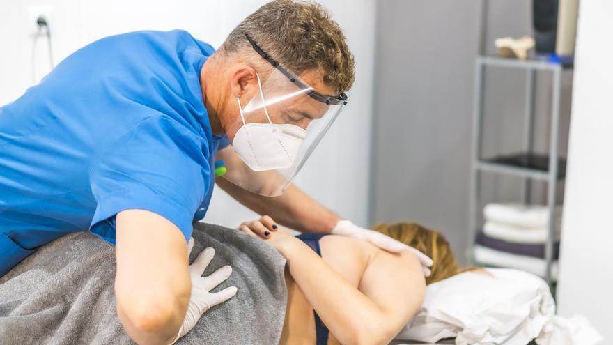 Los fisioterapeutas explican cómo evitar dolores por la mascarilla en cervicales, cabeza y mandíbula