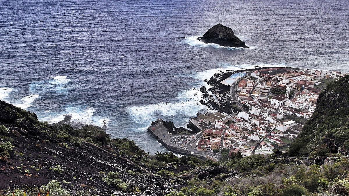 Vista panorámica del casco histórico de Garachico y su emblemático roque desde los acantilados de La Culata.     MARÍA PISACA