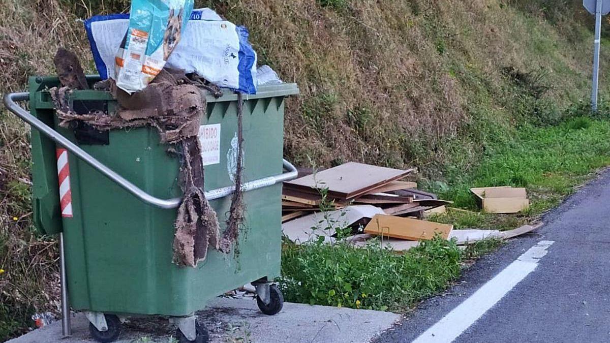 Vecinos de Vea reclaman la limpieza de un vertido incontrolado