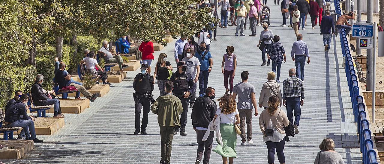 La gente paseaba por el Postiguet de Alicante el pasado fin de semana. | ALEX DOMÍNGUEZ