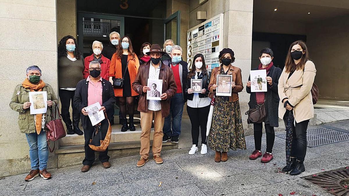 Familiares de las víctimas entregan documentación en el Consulado de Argentina en Vigo, ayer.   | // L. O.