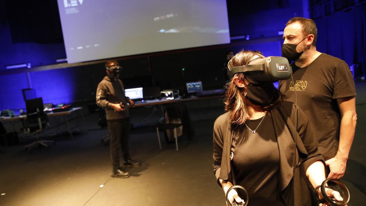 Participantes, ayer, en la caja escénica del teatro de Laboral Ciudad de la Cultura, en la propuesta de realidad virtual del LEV Festival.