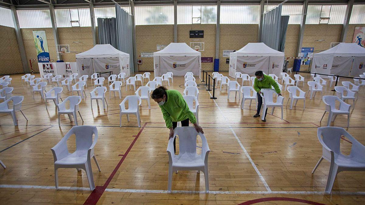 Vacunación masiva en Valencia: los municipios se preparan. En la imagen, empleadas del Ayuntamiento de Mislata acondicionan el pabellón del Quint.