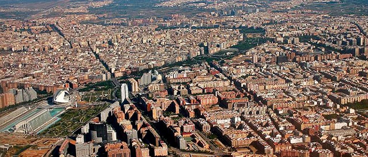 Panorama del área metropolitana de València con el río Turia en primer plano.  | LEVANTE-EMV