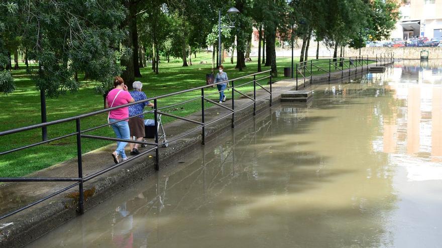 El agua inunda el canal de baños del parque de La Isla