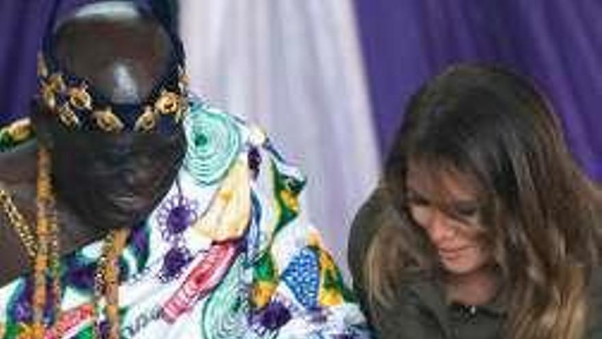 Melania Trump visita un exfuerte de retención de esclavos en Ghana
