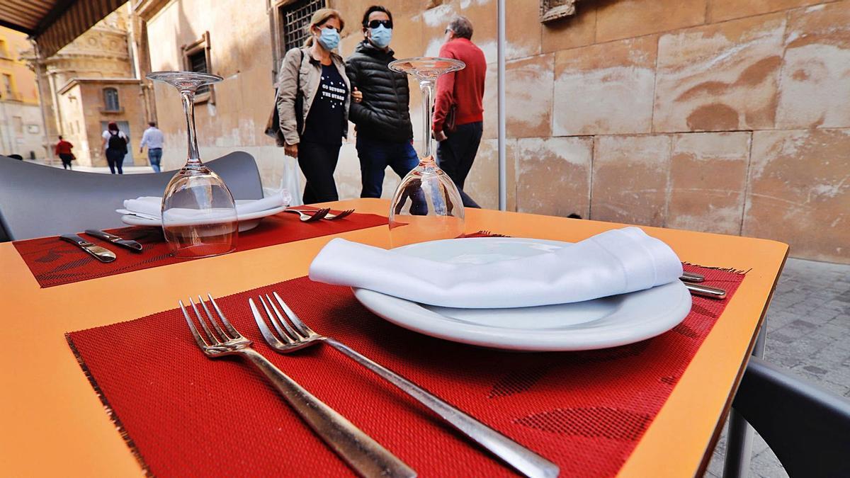 Una mesa vacía en la terraza de un restaurante de Murcia.