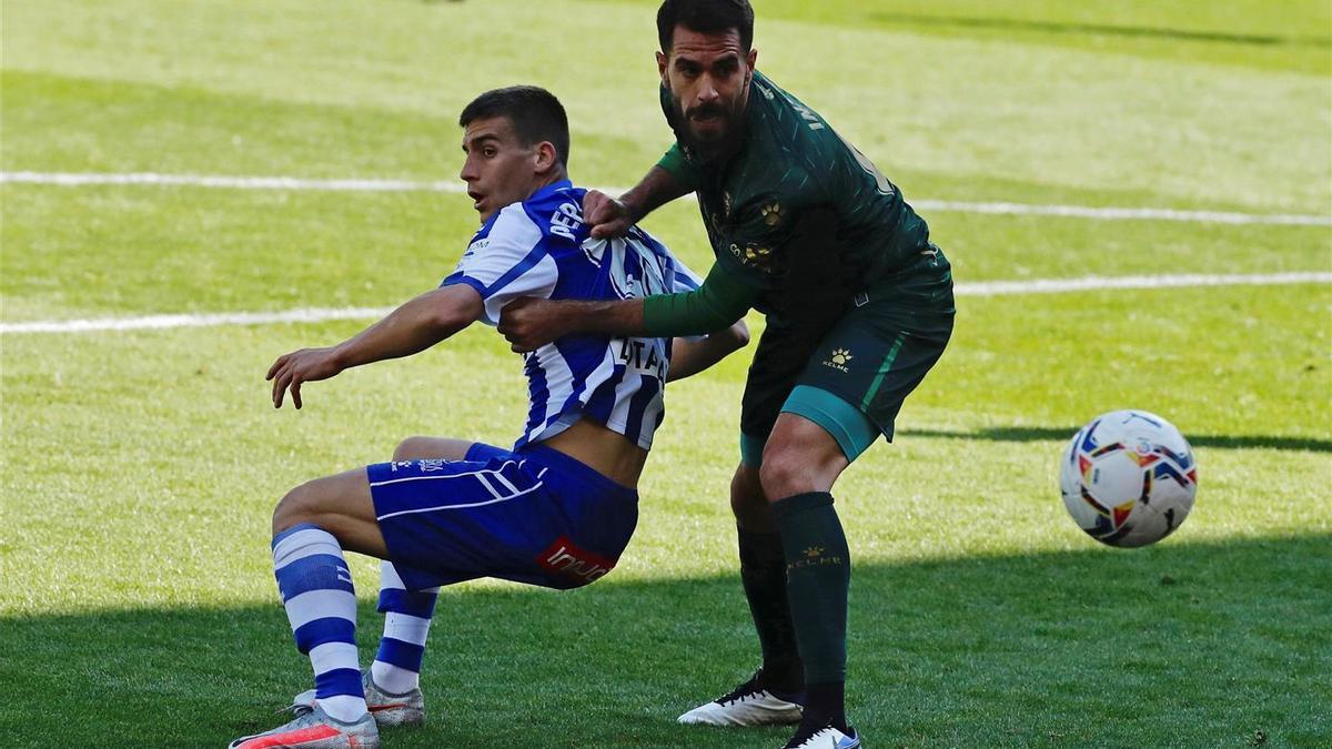 Insua disputa un balón con Pere Pons, jugador del Alavés.