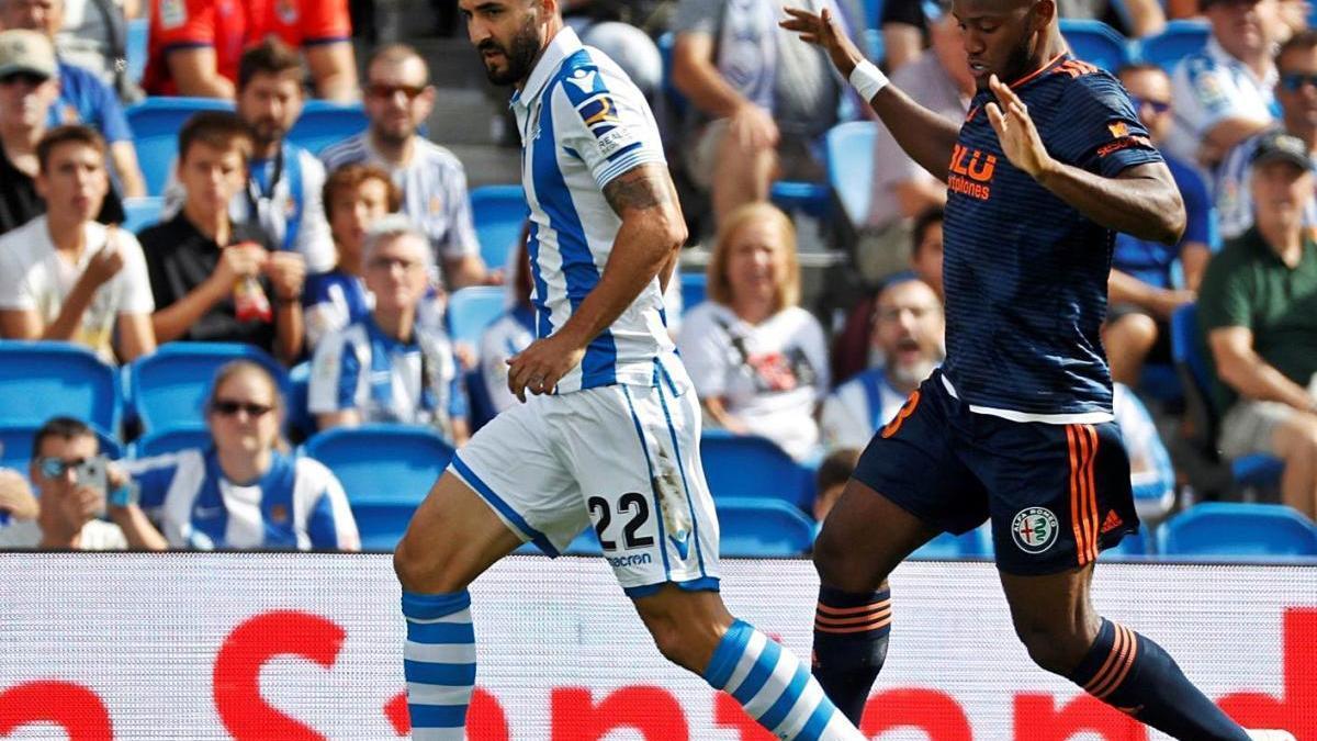Raúl Navas protege el balón en su etapa con la Real Sociedad.
