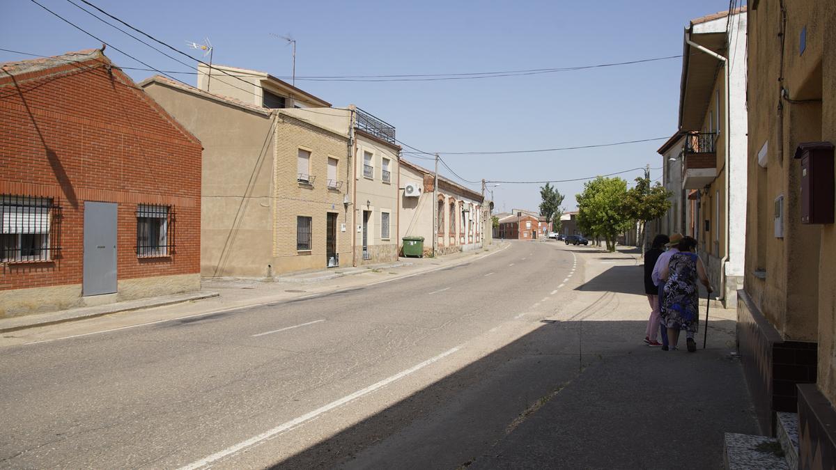 Varias personas caminan por una localidad de la provincia de Zamora.