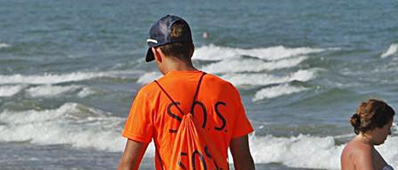 Un socorrista en la playa de Canet. | DANIEL TORTAJADA
