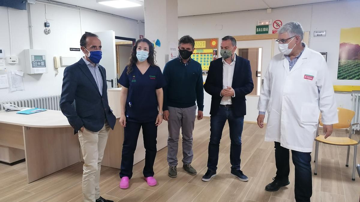 Responsables de la Diputación y trabajadores de la residencia, en una visita realizada al centro toresano