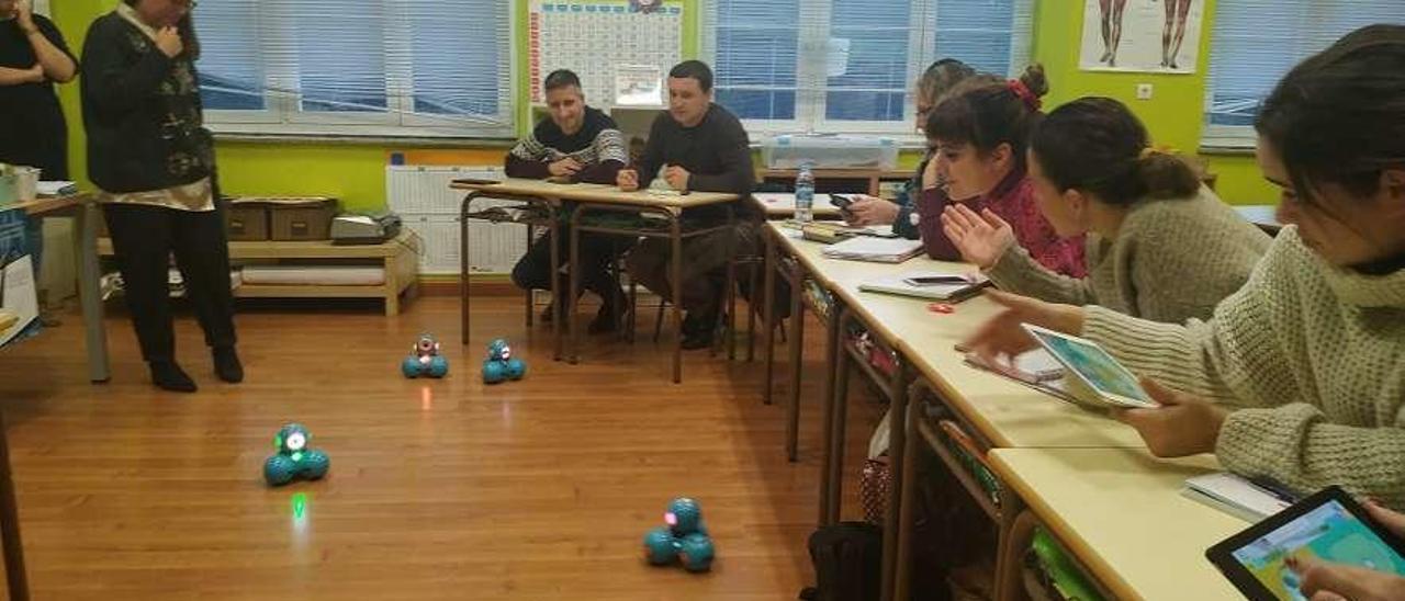 Los docentes participando en el taller de robótica.