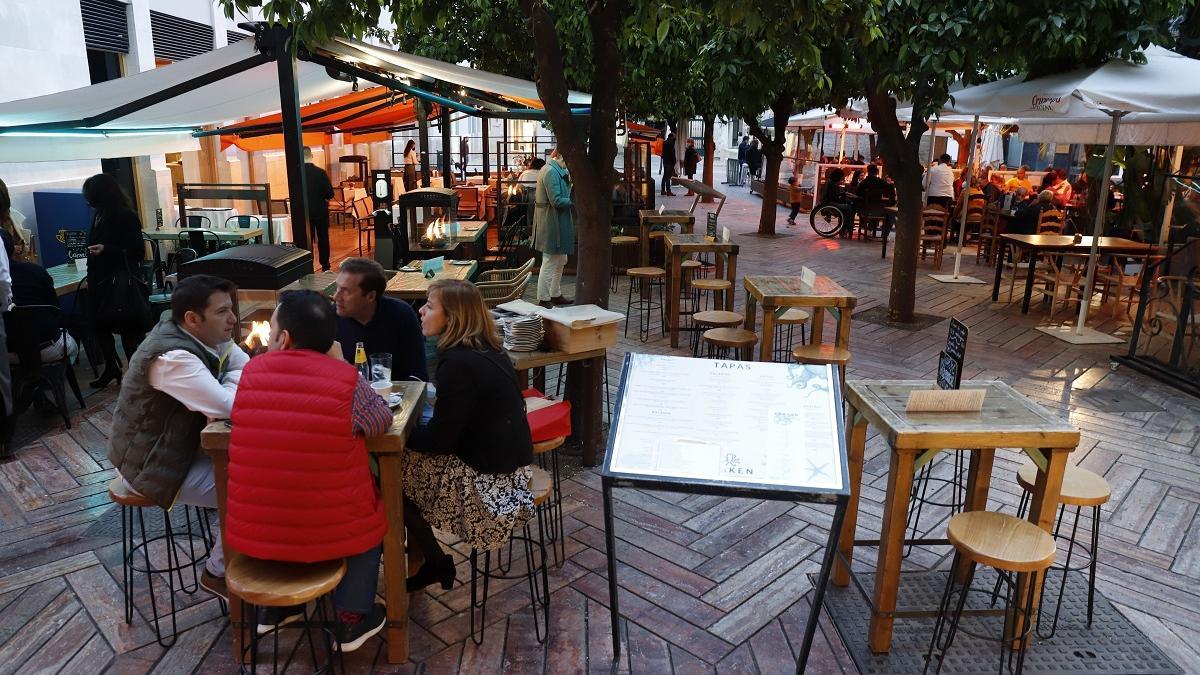Clientes en un negocio de hostelería de Málaga.