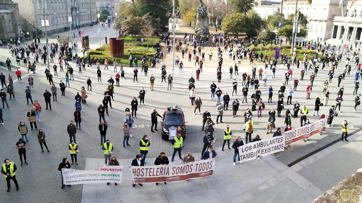 Hosteleros se manifiestan en Pontevedra para reclamar ayudas. / Gustavo Santos