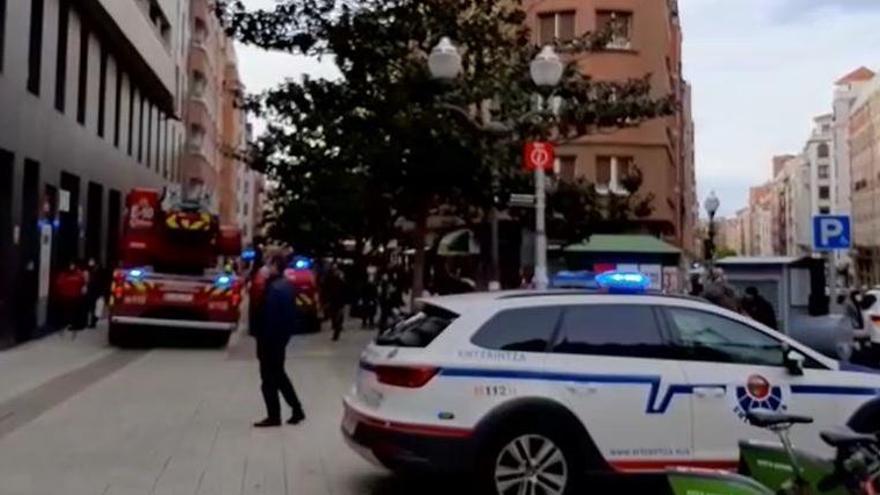 Hallan un cuerpo sin vida tras declararse un incendio en una vivienda de Bilbao