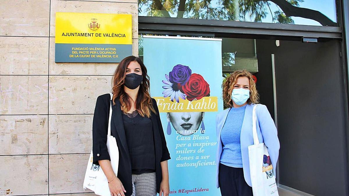Sandra Gómez y Pilar Bernabé, en la puerta de la sede de la nueva oficina.