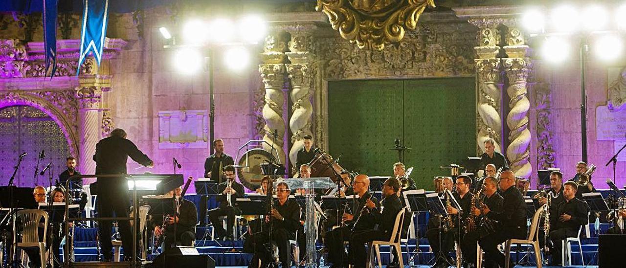 La Banda Municipal interpretó varias obras musicales en honor a la Patrona.  RAFA ARJONES