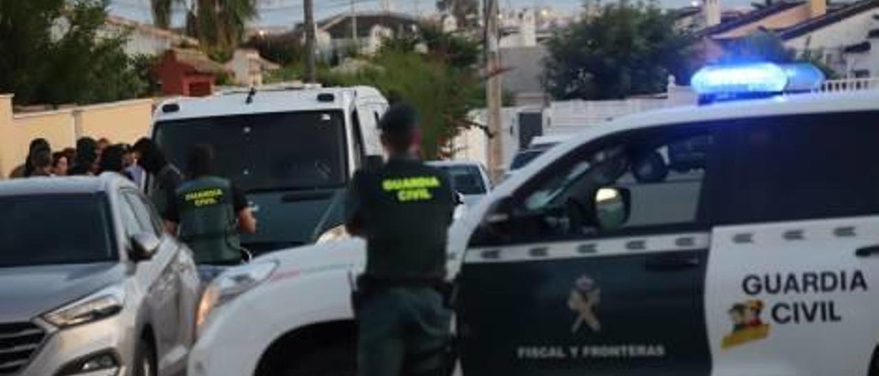 Un momento de la reconstrucción del crimen de Carl Aidann Carr ayer en Torrevieja y que movilizó un amplio despliegue de la Guardia Civil.