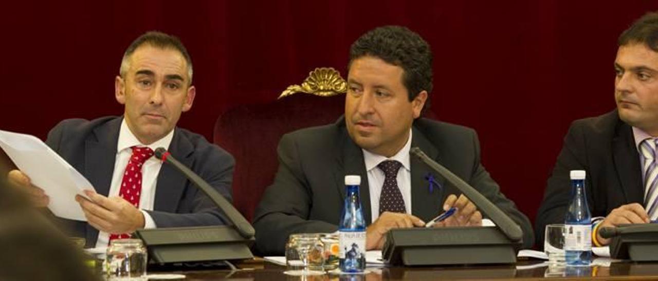 De izquierda a derecha, Miguel Barrachina, Javier Moliner y Andrés Martínez, ayer en el pleno de la diputación.
