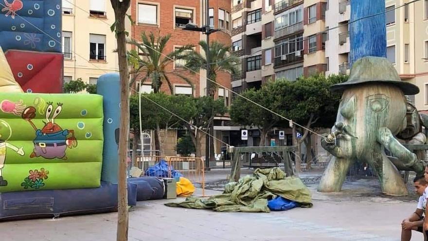 Utilizan una escultura de Ripollés para mantener en pie un castillo hinchable en el centro de Castelló