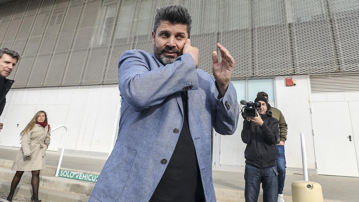 Bragarnik hablando por teléfono a su salida del estadio Martínez Valero.