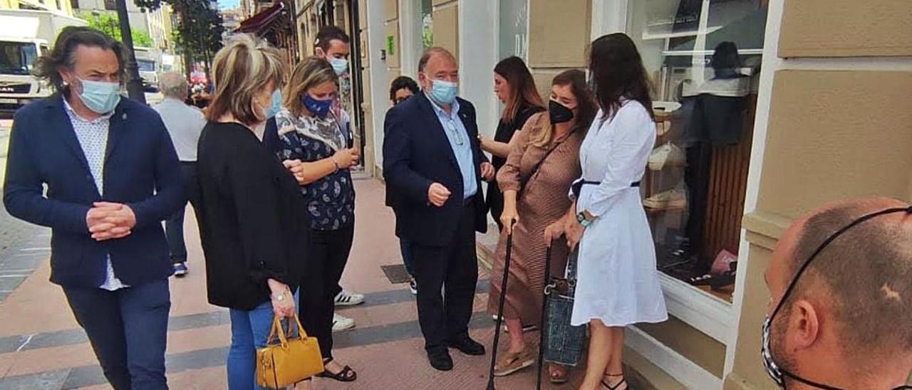 El gobierno de Ribadesella, junto a la delegación de Cermi, paseando por el itinerario peatonal sostenible.