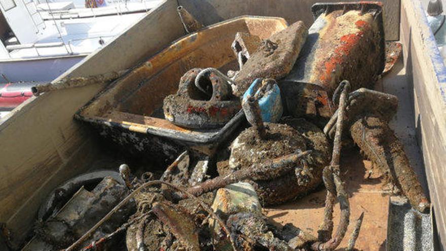 Retiren 26 objectes d'uns 500 kg del fons marí de Cadaqués